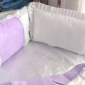 Бортики в кроватку бело-сиреневые - фото